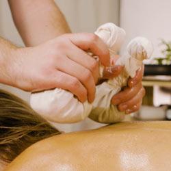 Thai Kräuterstempel-Massage